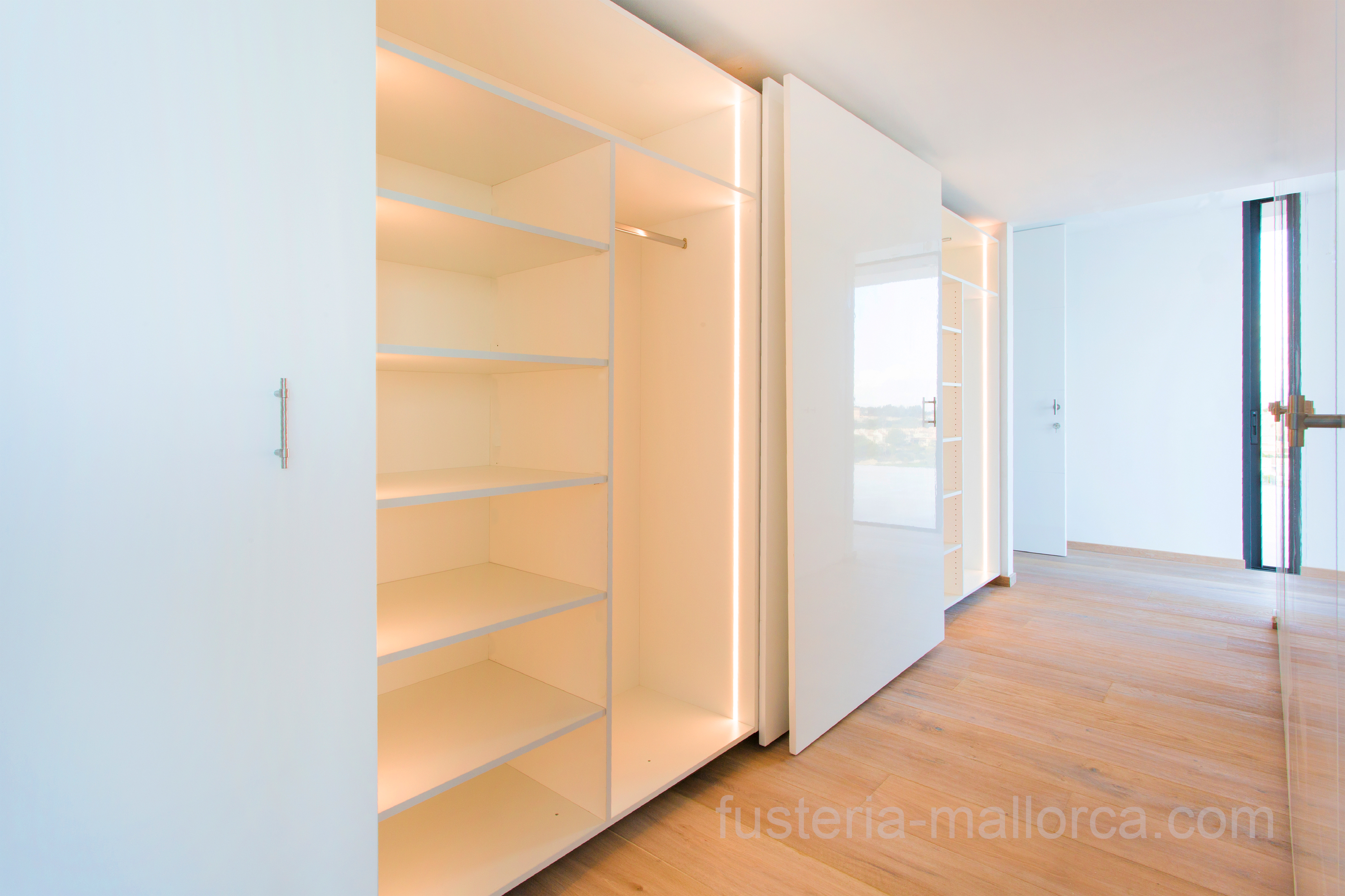 #wood #art #design #holz #kunst #design #madera #arte #cupboard #walkincupboard #kleiderschrank #begehbarerkleiderschrank #amario #amarioropero #white #weiß #blanco